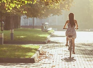 mujer en bici, beneficios saludables de pasear en bicicleta