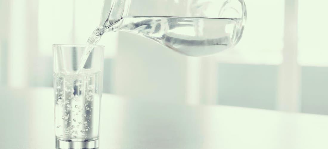 Beneficios combinar agua fibra para combatir estreñimiento
