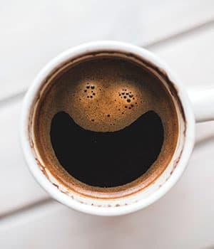 taza de café con sonrisa, pensamientos y actitudes positivas, ser feliz