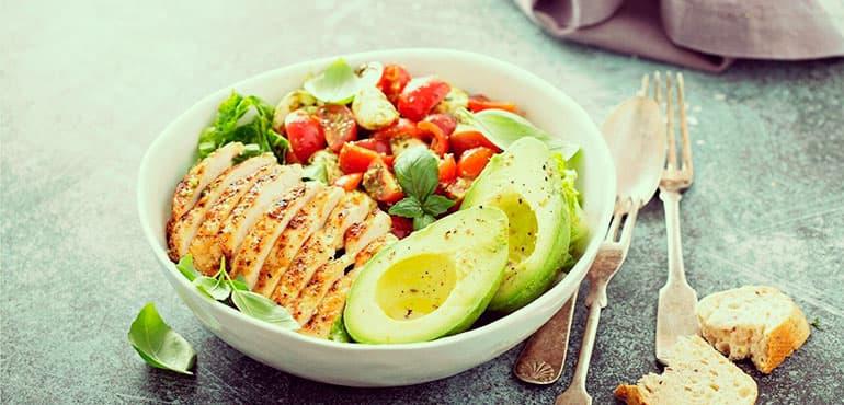 alimentos para eliminar la retención de líquidos aguacate pollo jitomate lechuga